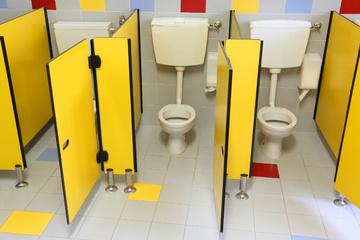 11-Jährige findet Kamera auf Schultoilette, Fahndung nach verdächtigem Mann