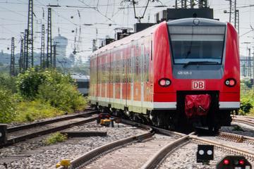 """Sturm stört Zugverkehr in NRW: """"Baum auf der Strecke"""""""