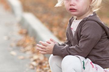 Kind (3) irrt barfuß durch die Stadt: Als die Polizei die Mutter findet, ist alles klar!