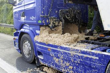 Unfall A2: Lkw verliert glitschige Kartoffelpresspülpe auf A2: Mega-Stau, Reinigung dauert Stunden