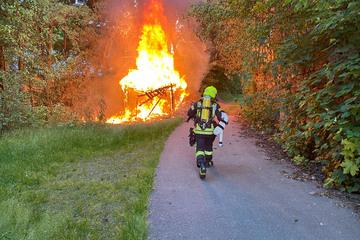 Hohe Flammen und riesige Rauchsäule: Schuppen wird bei Brand vernichtet
