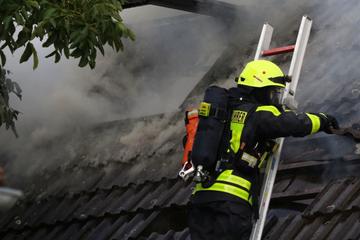 Dachstuhl in Flammen, Feuerwehr macht schreckliche Entdeckung