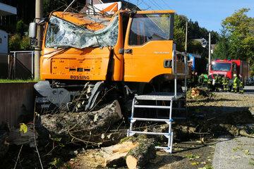 Crash im Erzgebirge: Laster kracht frontal gegen Baum