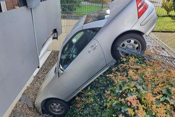Parkmanöver geht völlig schief: Frau versenkt Mercedes!