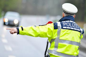 Handy am Steuer, Mittelfinger gezeigt: Polizei kontrolliert Autofahrer im Erzgebirge