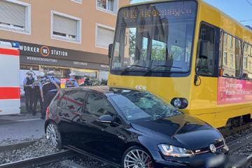 Stuttgart-Bad Cannstatt: VW-Fahrer kracht mit Stadtbahn zusammen, zwei Verletzte