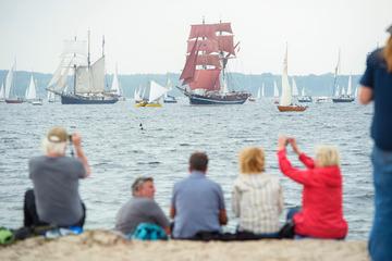 Trotz kräftigem Regen: Zehntausende Segelfans verfolgen Kieler Windjammerparade