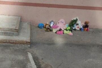 Mutter lässt Dreijährige von Balkon im sechsten Stock fallen, Kind kommt ums Leben