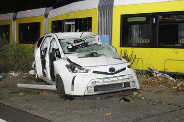 Tödlicher Unfall: Tram rammt Auto und entgleist