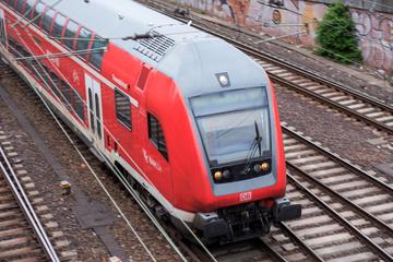 Frau läuft einfach über die Gleise, als Zug heranfährt: Notbremsung!