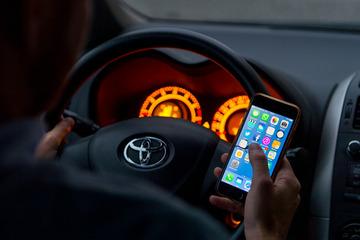 Fette Strafe: Mann mit Handy in der Hand fährt zweimal in dieselbe Radarfalle
