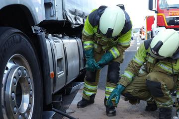 Unfall A4: Bremsscheibe reißt Loch in Lkw-Tank: Polizei und Feuerwehr auf A4 im Einsatz