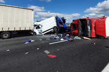 Unfall A3: Lkw kracht ungebremst in Stauende: Drei Schwerverletzte auf A3