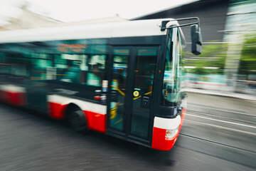 Vor den Augen der Fahrgäste: Mann kapert Linienbus und startet Raubüberfall