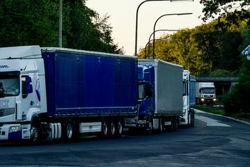 Unfall A2: 750.000 Euro Schaden: Betrunkener Lastwagenfahrer baut Unfall und verletzt zwei Kinder