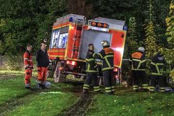 Hamburg: Großeinsatz! Rettungsfahrzeuge fahren sich in aufgeweichten Boden fest