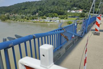 Transportschiff beim Beladen abgetrieben: Kran kracht in Brücke und stürzt in die Donau