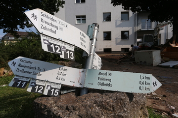 Nach Hochwasser: NRW-Innenminister besucht Container-Wache der Polizei
