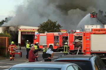 Enorme Rauchsäule in Langenfeld: Auto-Werkstatt brennt und stürzt teilweise ein