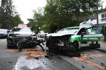 Audi und Pizza-Lieferdienst krachen frontal zusammen: Zwei Personen verletzt