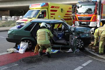 Schwerer Unfall in Dresden: Lkw und Auto kollidieren, mehrere Verletzte