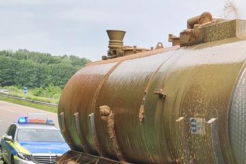 Igitt! 2000 Liter Gülle sprudeln aus Tanklaster auf Autobahn