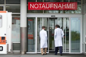 Drama vor Krankenhaus: Rentner zweimal vom selben Paketboten überrollt!