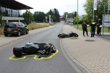 Unter Motorrad eingeklemmt: Biker verursacht Unfall, Opfer (18) offenbar unter Drogeneinfluss