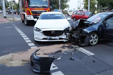 Heftiger Crash in Dresden: Fahrer verletzt, Straße gesperrt