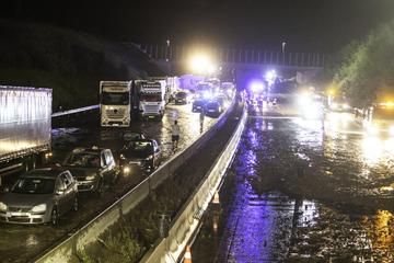 A8 bei Pforzheim durch Starkregen in beide Richtungen voll gesperrt!