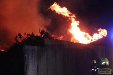 Berlin: Stundenlanger Großeinsatz der Feuerwehr: Schönefelder Abfallhof steht in Flammen