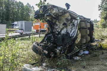 Unfall A81: Tödlicher Unfall auf der Autobahn: Skoda kracht gegen Baum und überschlägt sich