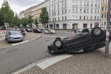 Kreuzungs-Crash in Leipzig-Schleußig: Auto landet auf Dach, zwei Verletzte