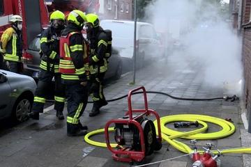 Köln: Kellerbrand in Mehrfamilienhaus - Feuerwehr Neuss rettet fünf Bewohner und Wellensittich