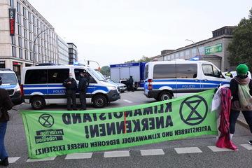 Polizeieinsatz am Hauptbahnhof: Aktivisten kleben sich auf Kreuzung fest!