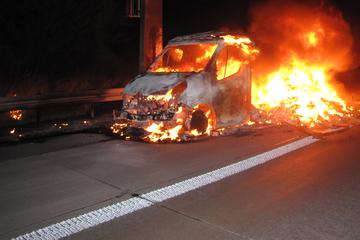 Mitten auf der A2: Mit Schuhen beladener Transporter geht während der Fahrt in Flammen auf