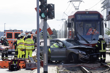Schwerer Unfall: 45-Jährige fährt beim Abbiegen in Straßenbahn