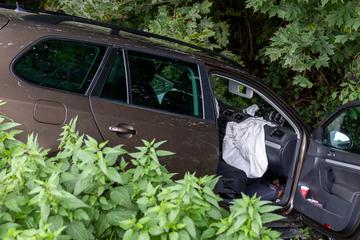 Schwerer Unfall im Vogtland: VW kracht mit Opel zusammen und landet im Graben
