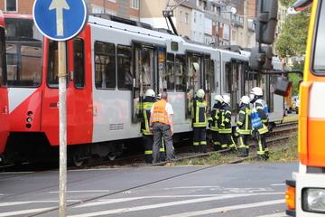 Unfall in Köln: Fußgänger unter Straßenbahn eingeklemmt, Feuerwehr muss ihn befreien
