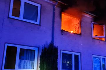 Brand in Mehrfamilienhaus: Person wird lebensgefährlich verletzt!