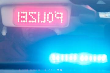 Trotz Kleinkind im Auto: Fahrer flüchtet vor Polizei und rast über rote Ampel!