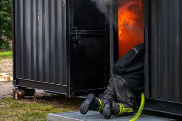 Realer geht's (fast) nicht: Feuerwehr übt im Flammen-Container