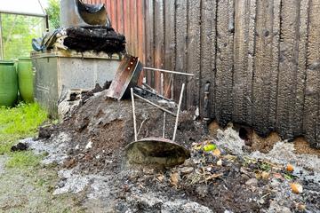 Feuerwehreinsatz in Gartenanlage: Kohlereste setzen Kompost in Brand, Vereinsheim beschädigt