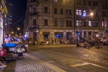 Dresden: Menschenmenge behindert Einsatz, 30-Jähriger wirft Glasflasche an Kopf von Polizist