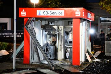 Heftige Explosion! Täter sprengen Geldautomaten und entkommen