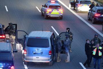 München: SEK-Einsatz auf Autobahn! Mutmaßlich bewaffnete Person eskaliert im Reisebus