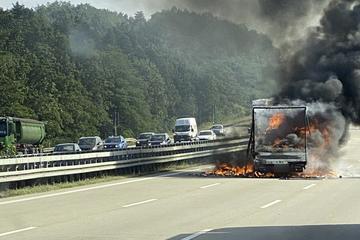 Unfall A4: Vollsperrung auf der A4: Kleintransporter brennt komplett aus