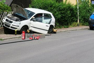 Vollsperrung nach Unfall im Erzgebirge: VW knallt gegen Zaun