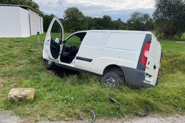 Auto rollt von Grundstück und kracht in Transporter: Mädchen (5) schwer verletzt