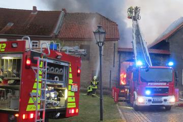 100.000 Euro Schaden! Brand auf Vierseitenhof hält Feuerwehr in Atem